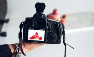 Photo d'un appareil photo qui prends des photos de patisseries