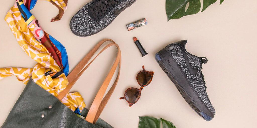 Photo d'un sac, de chaussures et des accessoires de mode par terre
